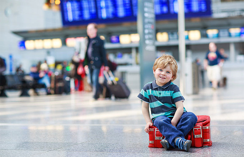 kid_with_his_luggage_800x515_tcm542-558662